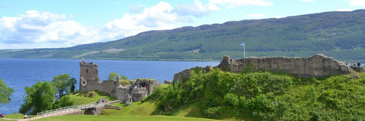 Castillo reinando el lago ness