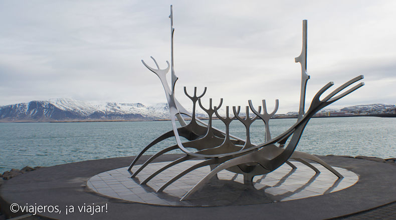 Reikiavik. Escultura del viajero al sol en Islandia