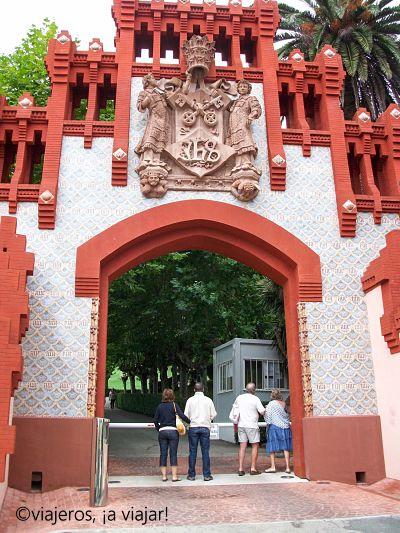 Pueblos cántabros. Puerta de la Universidad Comillas